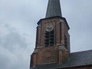 Schokkend beeld van een stilstaande kerkklok