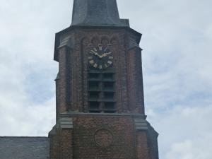 Foto van andere kant kerk, even schrijnend.