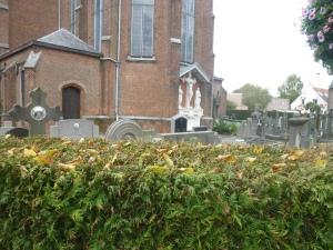 Met gevaar voor zijn eigen leven wist onze vliegende reporter toch nog een foto te maken van het bedreigde kerkhof.