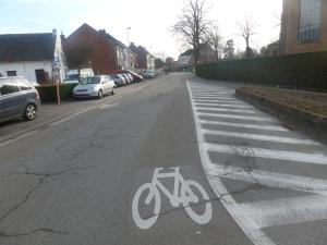 Fietsen op de fietssuggestiestrook, levensgevaarlijk! Daarom ook strafbaar.