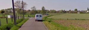Een automobiel zet zich op Smeendijk aan de kant om een ander gemotoriseerde vierwieler door te laten. Het komt vaker en vaker voor.