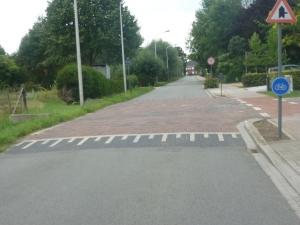Nu de Broechemsesteenweg omgevormd wordt tot één groot verkeersplateau is er voor onafhankelijke verkeersdrempels geen plaats meer.