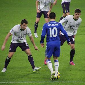 Hazard probeert met een handigheidje twee verdedigers te ontwijken. Nu de fiscus nog.