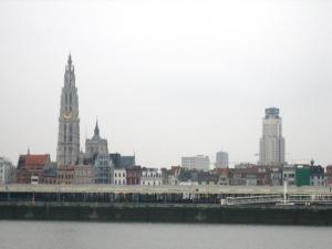 Ter hoogte van de Grote Markt in Antwerpen is een man opgepakt die er met zijn hond aan het wandelen was. Ordeverstorend.